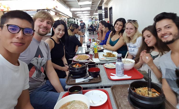 Mittagessen mit Freunden in Auckland