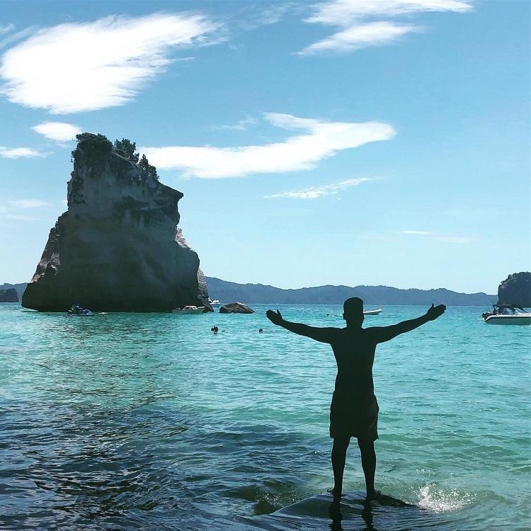 Adriano em Cathedral Cove, Nova Zelândia