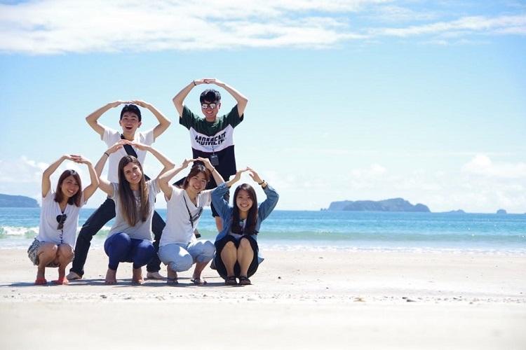 Amigos do curso de inglês na praia