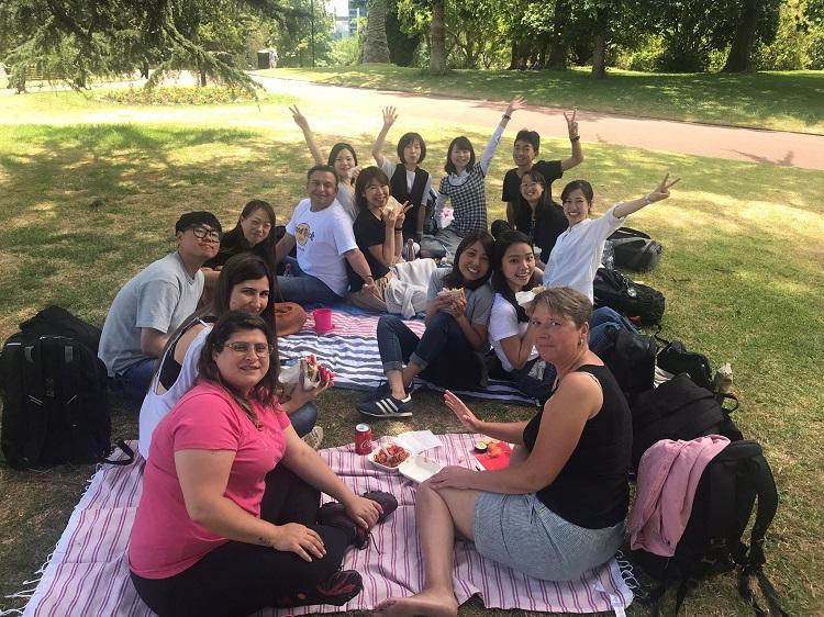 Vaiana avec ses amis en pique-nique à Albert Park (L'arrière cour de Languages International)
